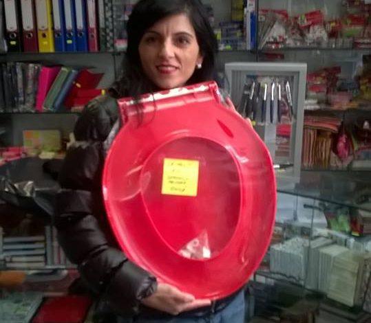 "Lavinia Nastase a cumparat un capac de WC primarului Ionica: ""Viata il va duce la WC-ul istoriei"""