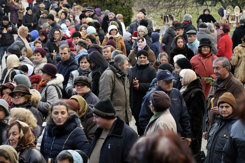 GALERIE FOTO ! Pe un ger naprasnic, mii de credinciosi asteapta in fata Manastirii Curtea de Arges
