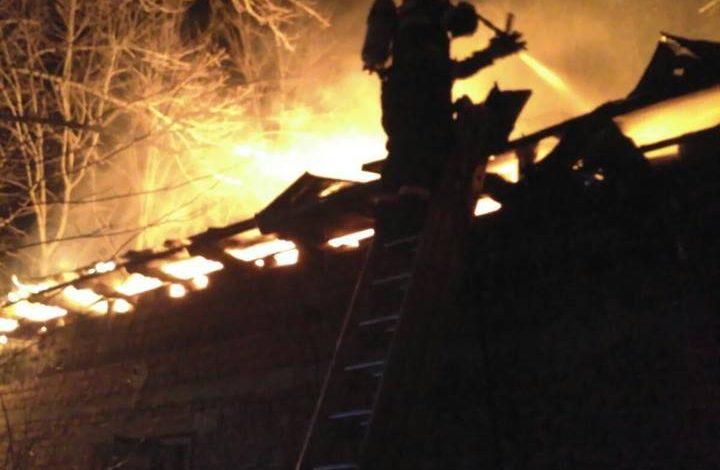 Incendiu violent in Arges – O casa arde din temelii!