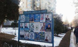 Politicienii dǎunezǎ grav imaginii oraşului regal – Panourile, si acum pline cu afise electorale