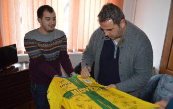 Tricou cu semnături ale fotbaliştilor celebri scos la licitaţie la Mioveni