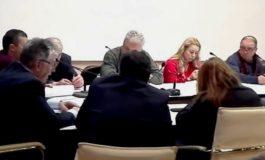 """Minunea de la Argeş: O consilieră PSD a dat 2 ore din gura fără a scoate o vorbă !"""" Cine e blonda care molfăie guma ?"""""""