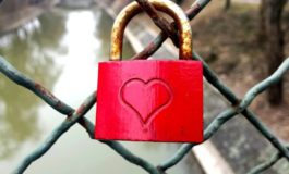 """Zeci de cupluri din Timişoara au prins lacăte ale iubirii pe """"Podul Îndrăgostiţilor"""""""