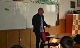 Costin Ducu de la Serviciul de Actiuni Speciale, in fata elevilor de la Vlaicu