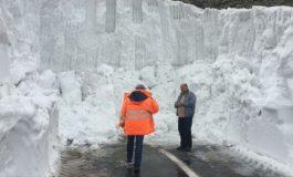 A inceput deszapezirea in Arges - Zapada de 5 metri pe carosabil!