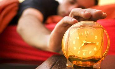 Cât de benefic este trezitul la 5 dimineaţa? CEO-ul Apple, Tim Cook, se trezeşte la 3.45 am, editorul Vogue, Anna Wintour, se dă jos din pat ca să joace tenis la 5.45 am. Ce ne transmit oamenii de succes