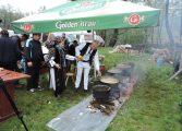 GALERIE FOTO! Un primar din Arges, s-a imbracat in costum popular, a pus tuciurile pe foc si a atras turistii in localitatea sa