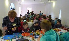 Sute de copii au invatat sa picteze pe portelan la Golesti