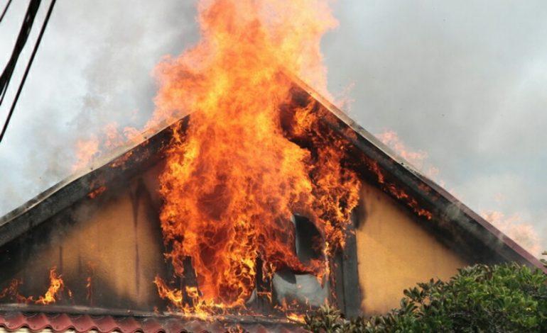 Casă în flăcări la Curtea de Argeş