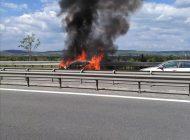 Masina in flacari pe autostrada - Nu s-a mai putut salva nimic