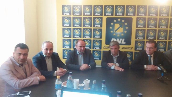 Ludovic Orban şi tot staff-ul PNL Argeş, la pas prin judeţ