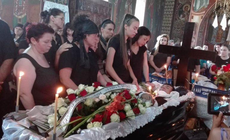 GALERIE FOTO – DURERE FĂRĂ MARGINI LA NOAPTEŞ ! Tânărul Daniel Diaconescu a fost înmormîntat