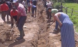 Intr-o comuna din Arges, beneficiarii de ajutoare sociale extind reteaua de apa