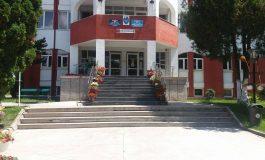 La primăria Curtea de Argeș - Contribuabilii plătesc și taxele poștale și plicurile pentru somații