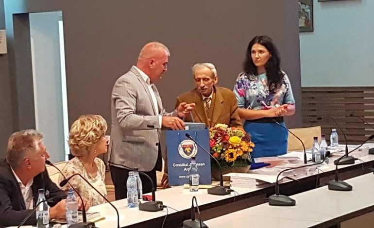 BILA ALBA ! Presedintele CJ Argeş, Dan Manu, gest de onoare si mare valoare la Curtea de Argeş in cadrul Festivalului International de Poezie