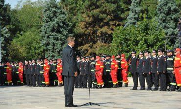 GALERIE FOTO! Pompierii argeseni au primit Drapeul de Lupta de la presedintele Iohannis