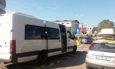 """Transportul în comun, veşnica problemǎ pentru argeşeni -  """"Microbuzele se dezmembreazǎ iar şoferii ne cred saci de cartofi"""""""