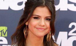 """Selena Gomez dezvăluie că a făcut un TRANSPLANT de rinichi, care o ajută în lupta ei cu boala Lupus. Artista a postat fotografii din spital cu donatoarea, """"cea mai bună prietenă"""" a ei"""