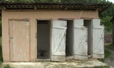 92 de scoli din Arges, cu WC-ul in fundul curții - Fără APĂ și CURENT ELECTRIC