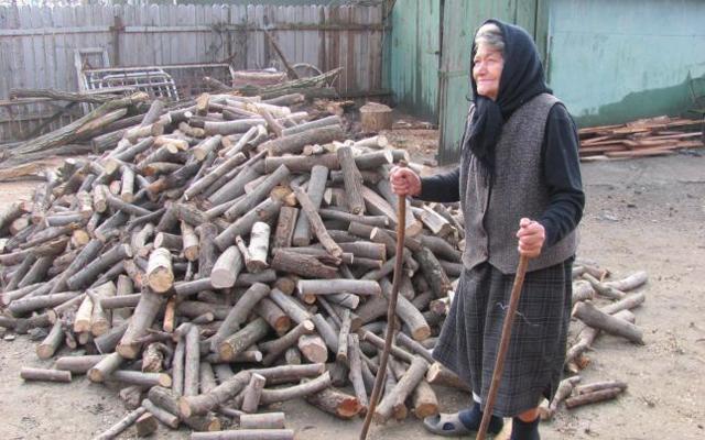 Argeşenii se pregǎtesc de iarnǎ –Mulţi bǎtrâni stau în frig pentru cǎ lemnele sunt prea scumpe sau greu de gǎsit