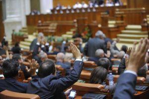 S-a dat LEGE – Funcționarii publici care au fost trimiși în judecată să rămână în funcții