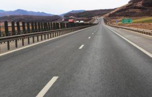Autostrada Pitesti Sibiu va avea garduri ranforsate de 3 metri pentru urşi şi cerbi