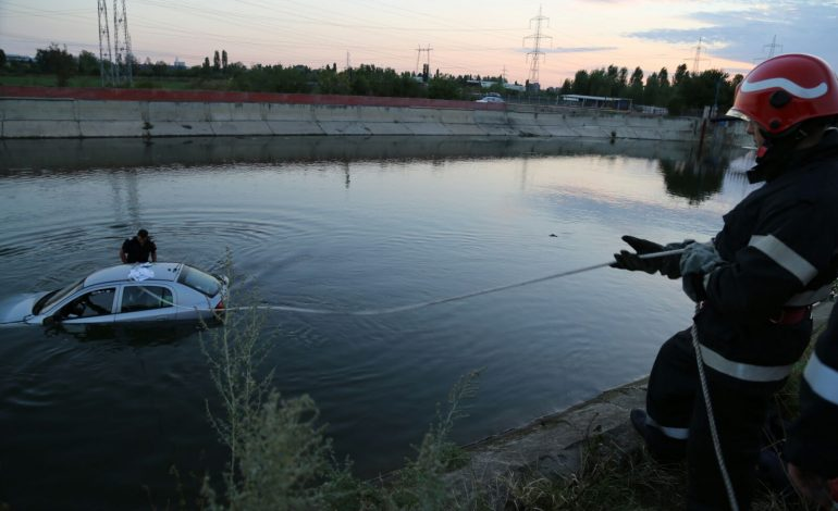 Mașina a fost găsită in apa la Zigoneni! Sunt chemați scafandrii