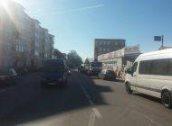 Facem cunoscute problemele argeşenilor -Trotuarele blocate pun în pericol locuitorii de pe 1 Mai