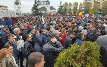 Angajatii DACIA au iesit in strada - Liderul de sindicat anunta in fata a 10.000 de oameni ca protestele continua