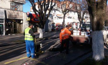 VIDEO! Din motive de inmormantare regala - La Curtea de Arges gurile de canal sunt acoperite cu asfalt !