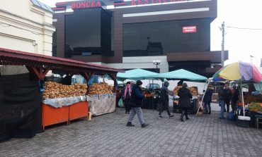 In Pieţele din Curtea de Argeş – Fǎrǎ brazi dar cu mormane de covrigi