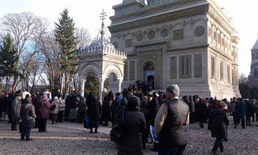 VIDEO! La Curtea de Arges - Mii de oameni asteapta sa se inchine la Moastele SF Filofteia