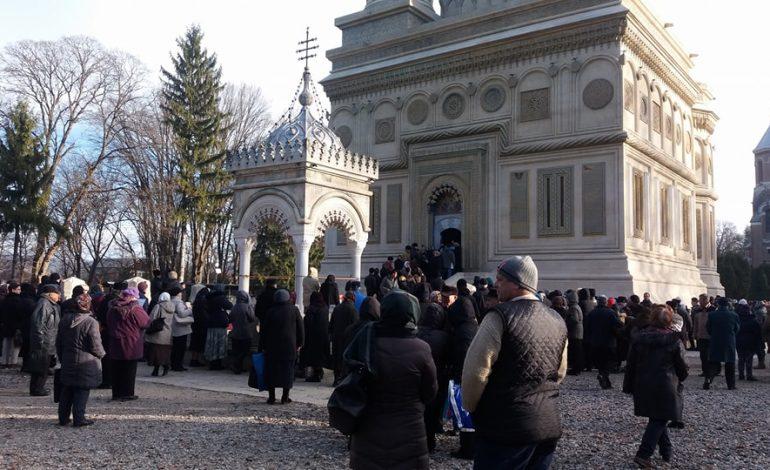 VIDEO! La Curtea de Arges – Mii de oameni asteapta sa se inchine la Moastele SF Filofteia