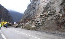 ALERTA ! Trafic întrerupt Transfăgărăşan, la Arefu, din cauza pietrelor care cad de pe versant