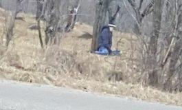 Barbat SPANZURAT de un copac pe marginea drumului - Nu a fost identificat!