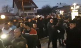 VIDEO SCANDAL monstru la Ştefăneşti - Protest spontan in care s-a cerut demisia conducerii orasului