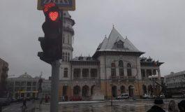 Peste 100 de semafoare dintr-un oraş din România luminează sub formă de INIMI în loc de culoarea roşie