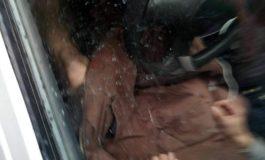 VIDEO Scene scandaloase in fața liceului ! Barbat dezbracat, gesturi obscene