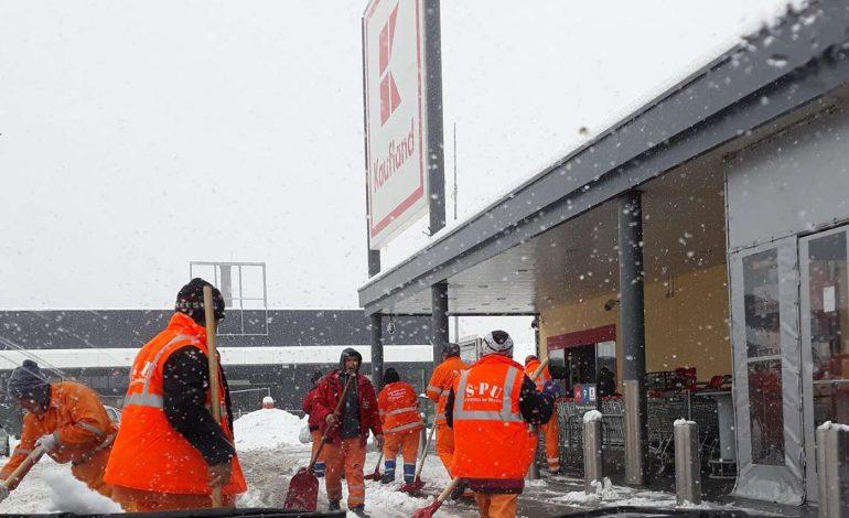 SCANDALOS ! Angajatii SPU la munca in parcarea Kaufland – Au interzis sa ajute la deszapezire in oras