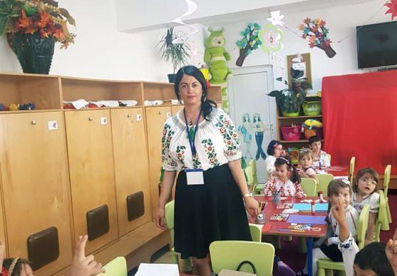 """FOTO ! Preşcolari din tot judeţul, la concursul """"IA ROMÂNEASCĂ"""" găzduit de Grădiniţa """"O lume minunată"""" din Curtea de Argeş"""