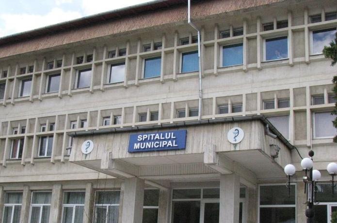 La Spitalul Municipal : na, hârtia, dă-mi, hârtia, uite săpunul, nu e săpunul!