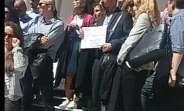 VIDEO Zeci de judecători și procurori argeșeni au protestat pe scările Curții de Apel Pitești