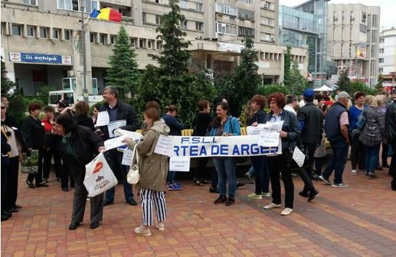 ACUM Sute de profesori din Argeş protestează în faţa Prefecturii din Piteşti
