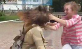 VIDEO SCANDALOS ! Bataie crunta intre doua fete, in piaţa mare ATENTIE, LIMBAJ LICENTIOS