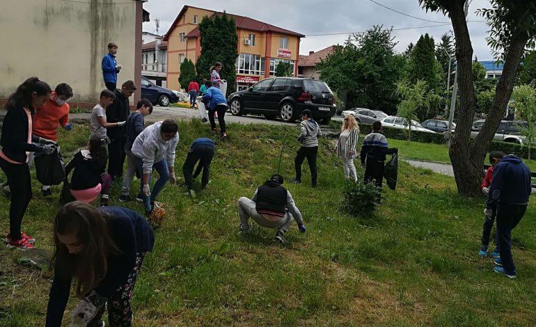 """Elevii de la Şcoala """"Mircea cel Bătrân"""", acţiuni de ecologizare a oraşului"""