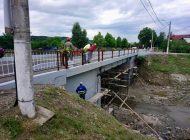 ILEGAL: Podul de la Mânăstire inaugurat cu mare fudulie dar nefinalizat - Cine plăteşte în cazul producerii unei tragedii ?