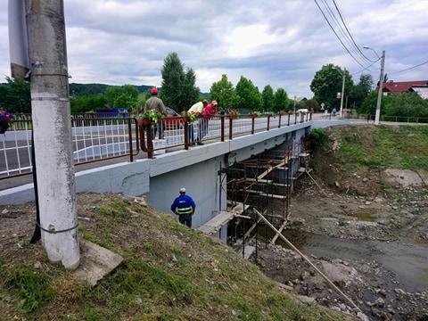 ILEGAL: Podul de la Mânăstire inaugurat cu mare fudulie dar nefinalizat – Cine plăteşte în cazul producerii unei tragedii ?