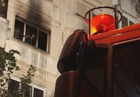 ACUM! PANICĂ ÎN IVANCEA - Pompierii decoperteaza acoperisul blocului incendiat