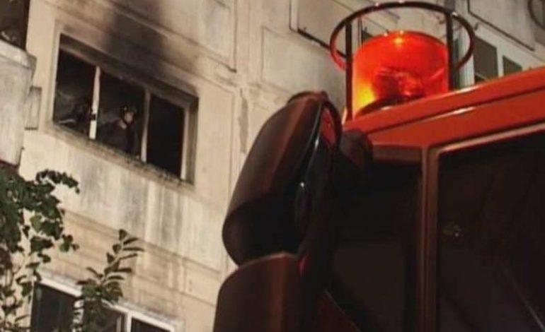 ACUM! PANICĂ ÎN IVANCEA – Pompierii decoperteaza acoperisul blocului incendiat