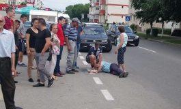 VIDEO! Bărbat cu probleme medicale cazut în plină stradă AMBULANTA A AJUNS DUPA 30 MINUTE
